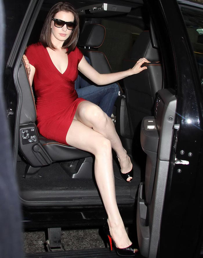 anne hathaway beautiful feet pictures